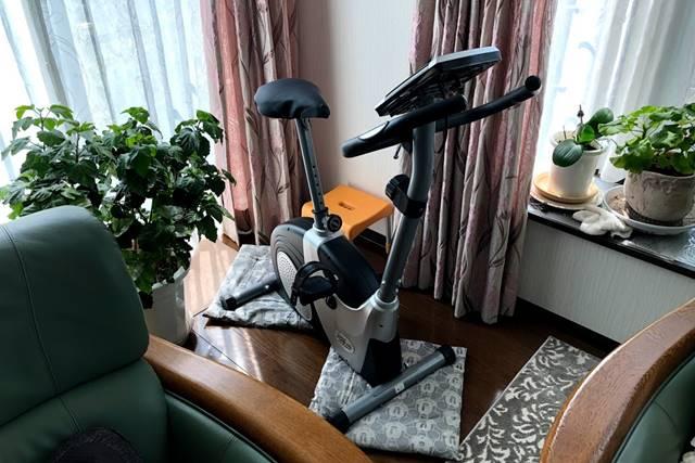 アルインコのエアロバイクを自宅に設置した様子