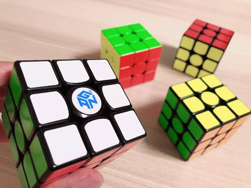 ルービックキューブを並べた画像