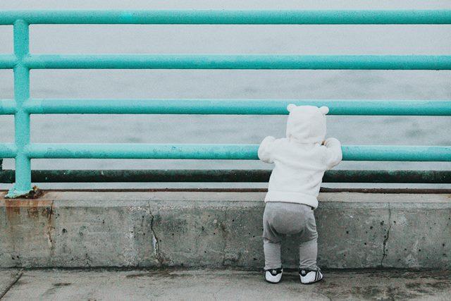 海を眺めている赤ちゃん