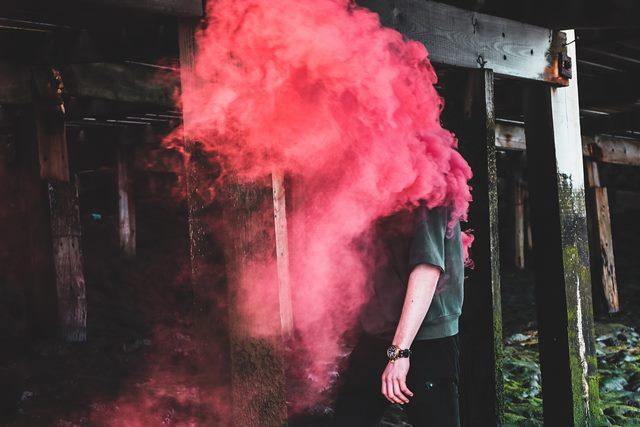 ベイプで爆煙している様子