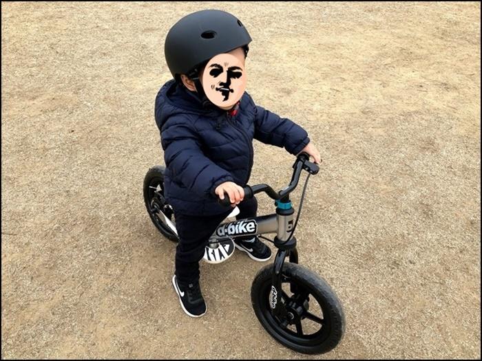 公園でディーバイクに乗る息子の様子