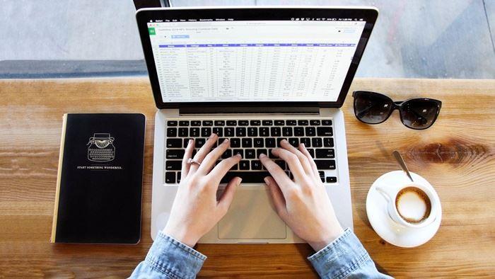 カフェでパソコンを操作する画像