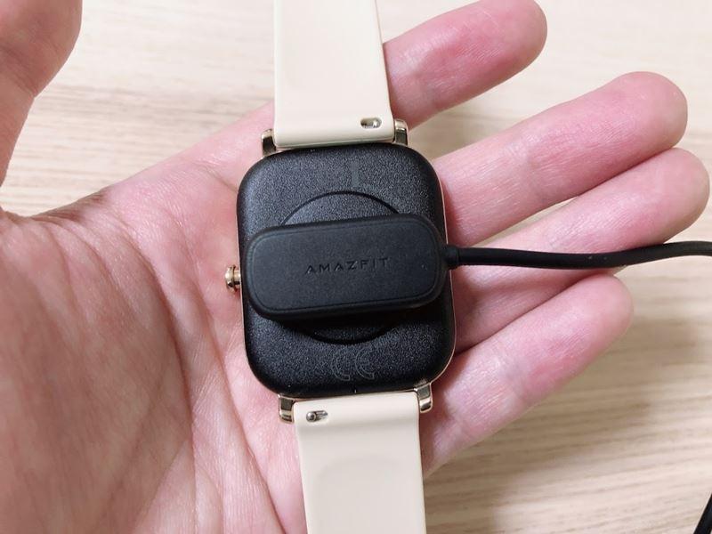 Amazfit GTSに充電器を装着した画像