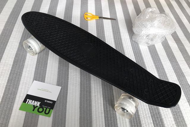 ENKEEO スケートボードを開封した様子
