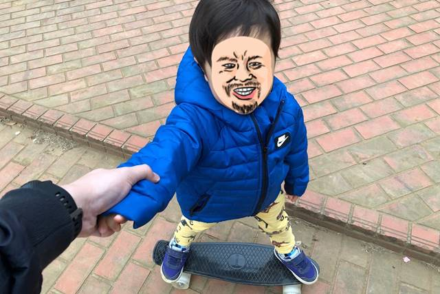 ENKEEO スケートボードに乗る3歳の息子