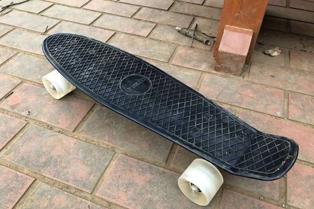 ENKEEO スケートボードは汚れが目立つ