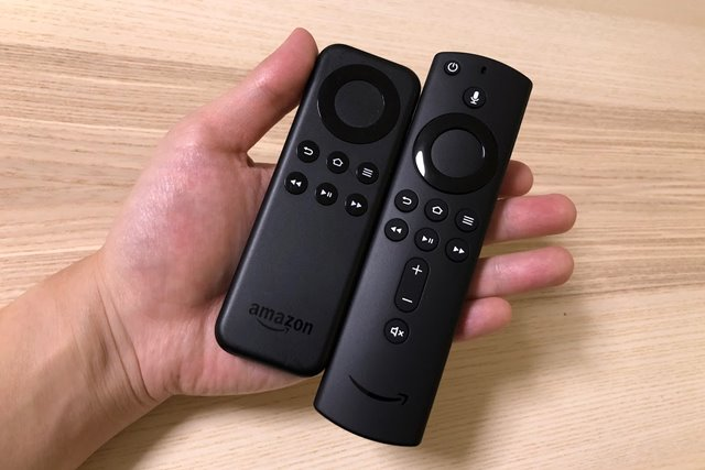左が初代Fire TV Stick、右がFire TV Stick 4K