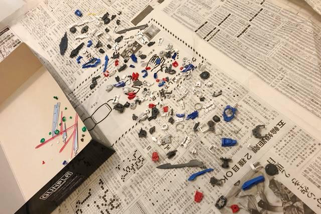 スミ入れしたパーツを新聞紙の上に並べた様子
