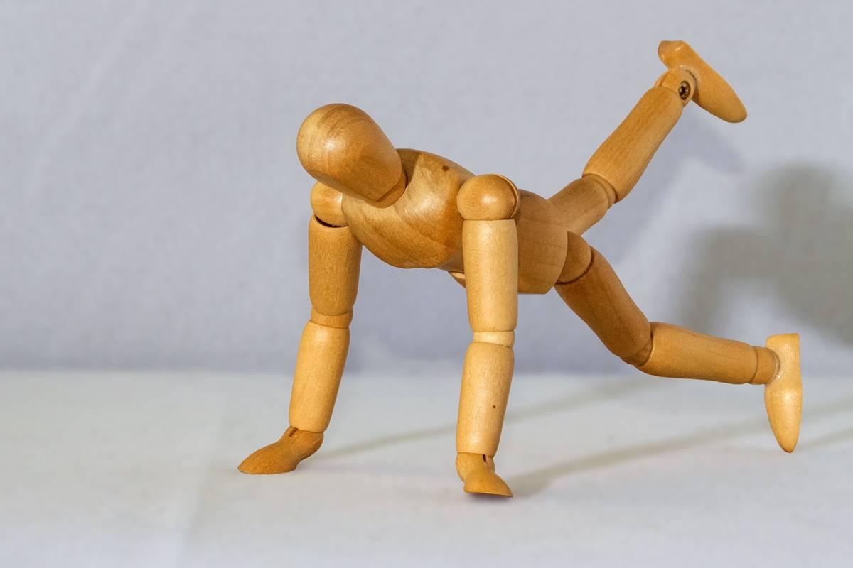 腕立て伏せをする人形