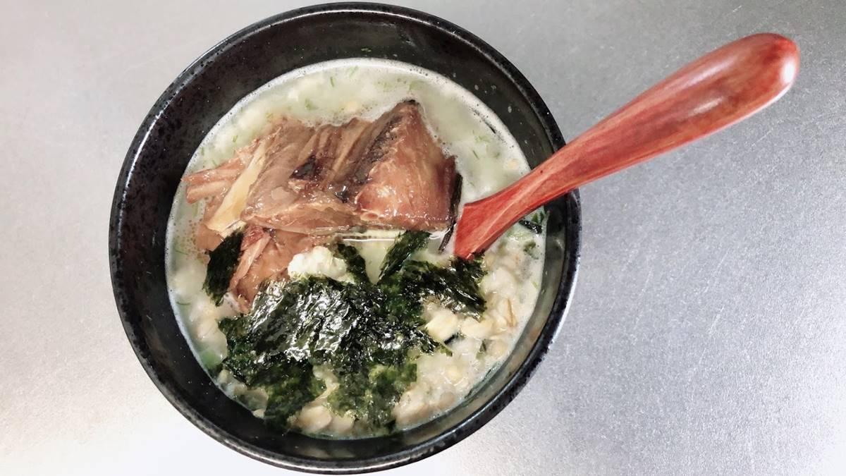 オートミールのお茶漬けにサバ缶と韓国海苔をトッピング
