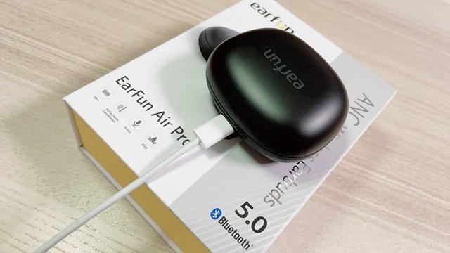 EarFun Air Proを充電している様子