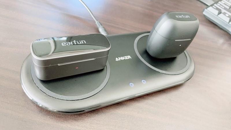 EarFun Free Proをワイヤレス充電している様子