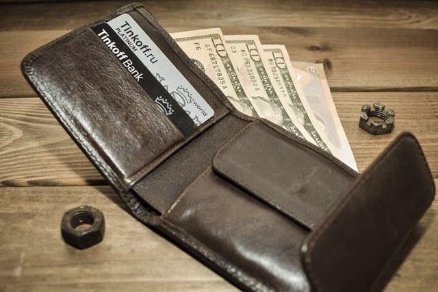 二つ折り財布から紙幣が見えている様子