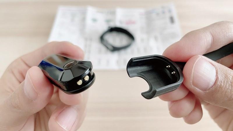 ポケットオートキャッチディアの本体と充電ケーブル
