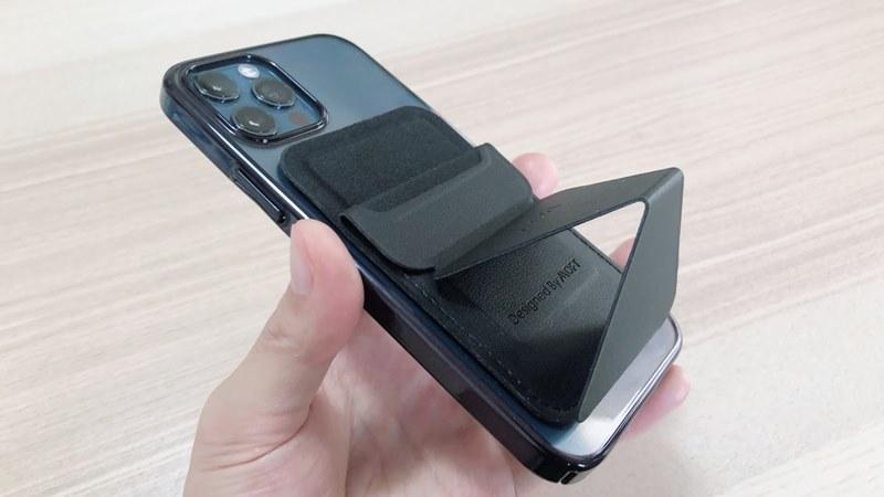 iPhone12ProにMOFTを装着してスタンドモードにした様子