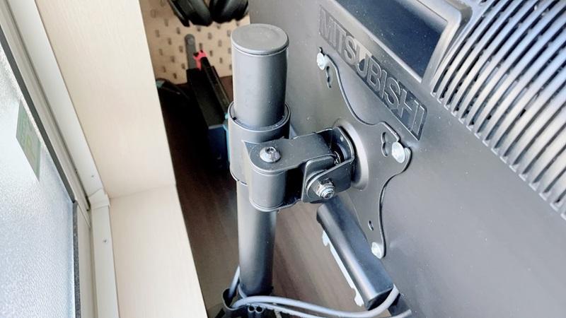 アイリスオーヤマのモニターアームでディスプレイを浮かせてみた【作業スペース確保】