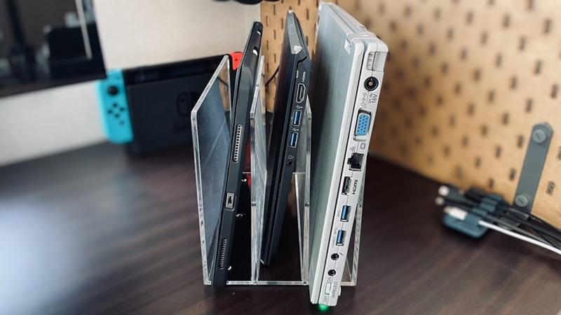 無印良品の仕切りスタンドにノートパソコン2台とiPadを収納した様子
