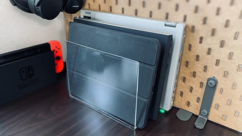 ノートパソコンの縦置き収納に無印良品の仕切りスタンドが凄くいい感じ