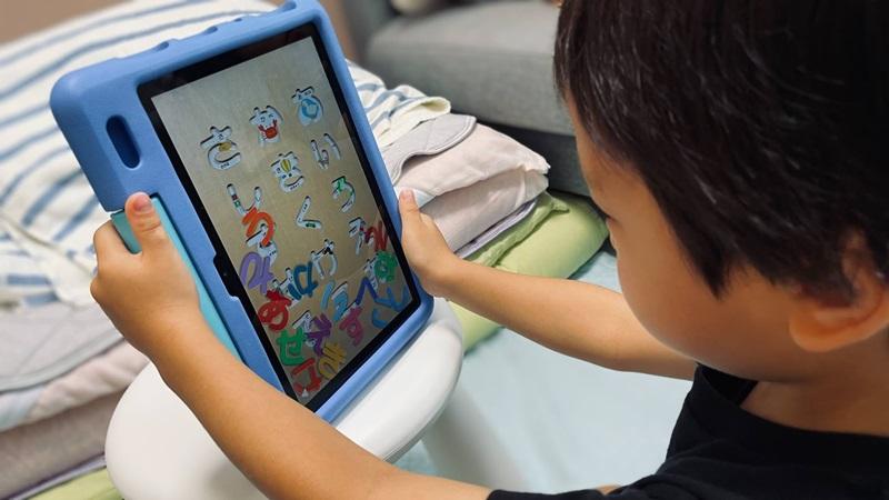 Amazonキッズタブレットを使う4歳息子の様子