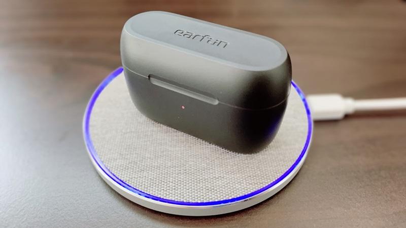 EarFun Free 2をワイヤレス充電している様子