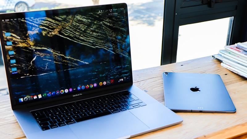 ノートパソコンとタブレットの画像