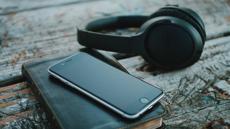 スマートフォンと本とヘッドホンの画像
