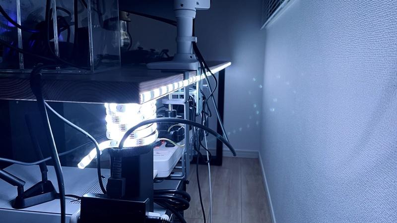 Lepro LEDテープライトをデスクに貼り付けた様子